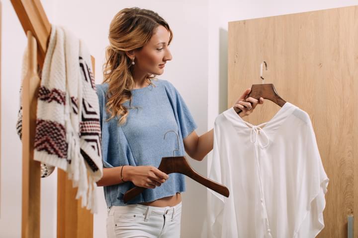 Einrichtung einer kleinen Wohnung mit Kleidergbügeln