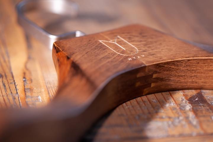 Verzierung des Kleiderbügels mit Gravur