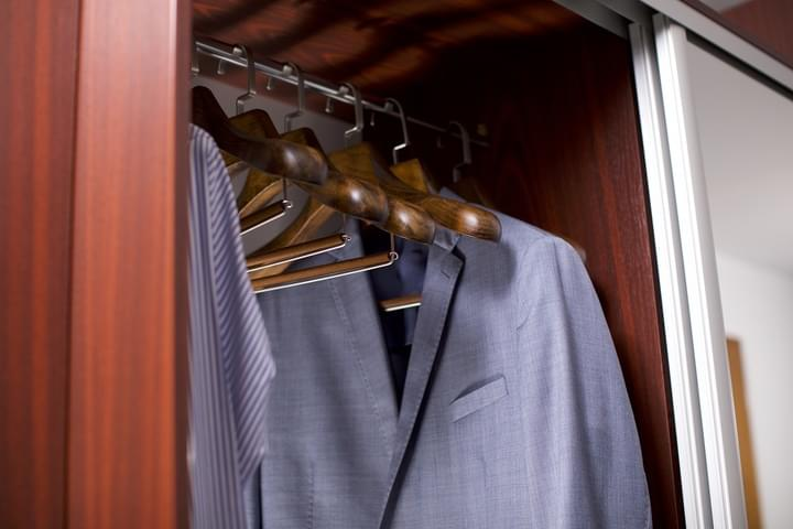 Ausstattung des Umkleideraumes mit den Kleiderbügeln